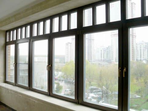 Остекление балкона современными деревянными окнами