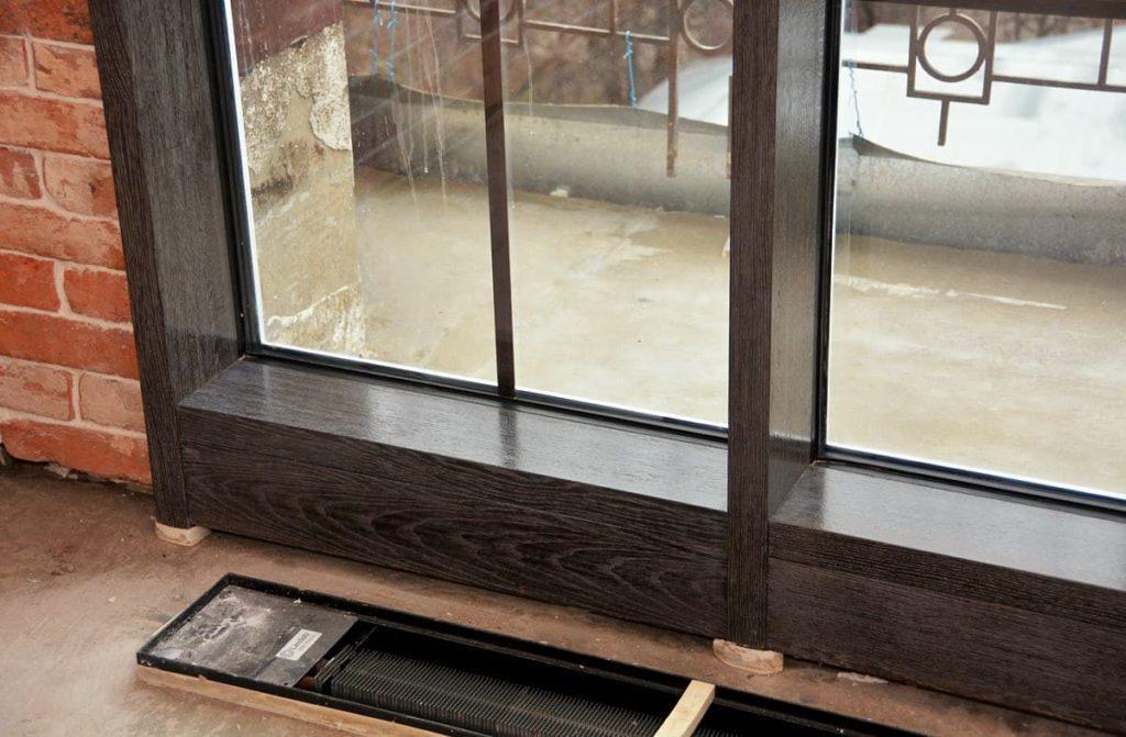 Деревянные окна с декоративными раскладками