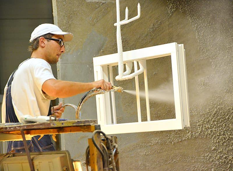 процесс окраски деревянных окон