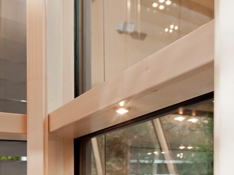 окна изготовлены из клееного бруса