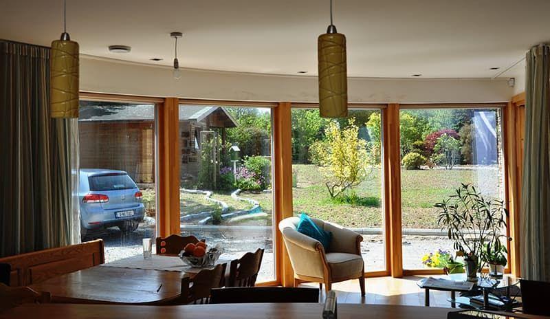 В чем преимущества деревянных окон при остеклении коттеджей