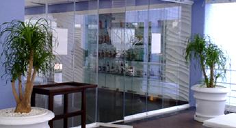 Стеклянные перегородки внутри помещения