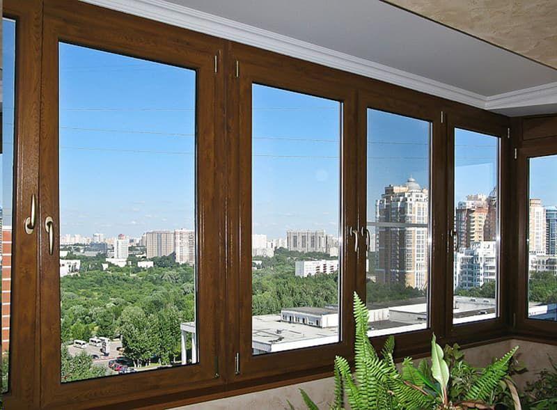 Остекление балконов и лоджий современными деревянными окнами со стеклопакетом