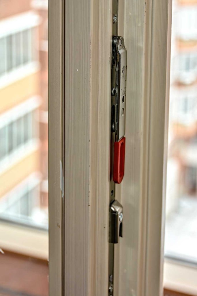 Остекление квартиры окнами из лиственницы