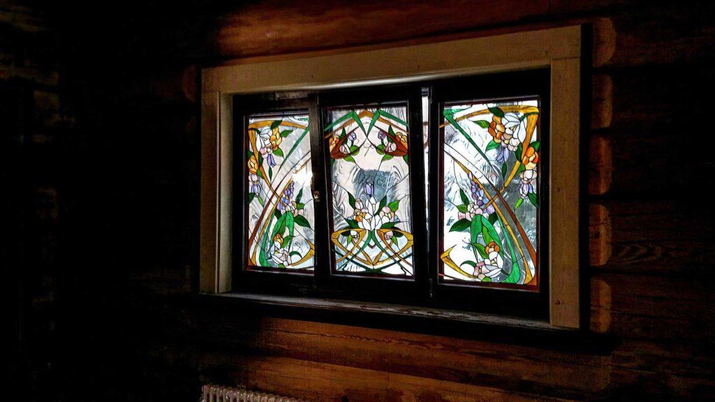 Установлены окна из лиственницы с витражами