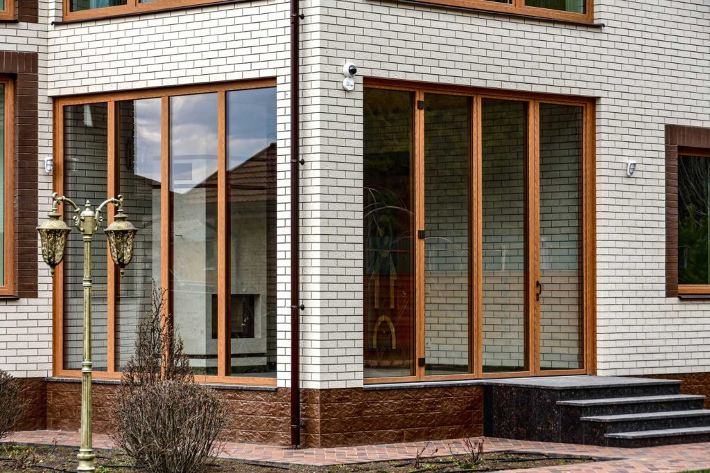 Остекление дома дубовыми окнами