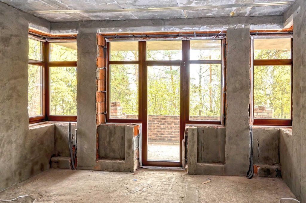 Установлены темные окна двери и фасад из сосны.