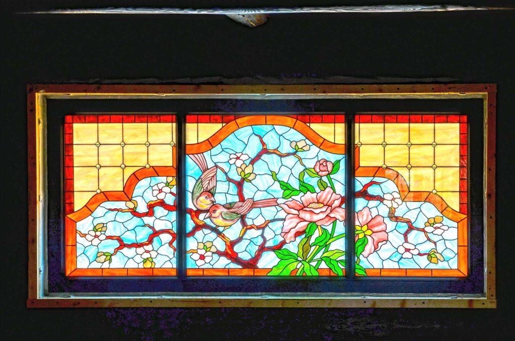 Установлены дубовые окна с историческим профилированием
