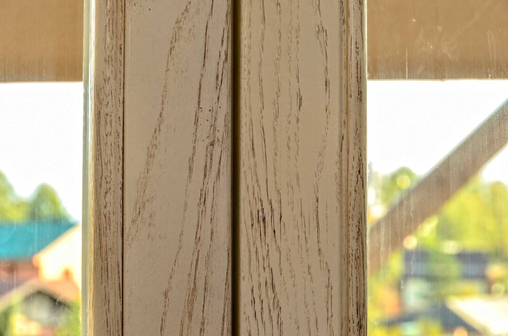 Установлены дубовые окна в историческом дизайне с брашированием