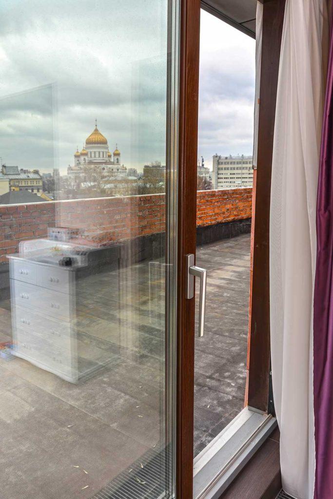 Остекление квартиры окнами из лиственницы в центре Москвы
