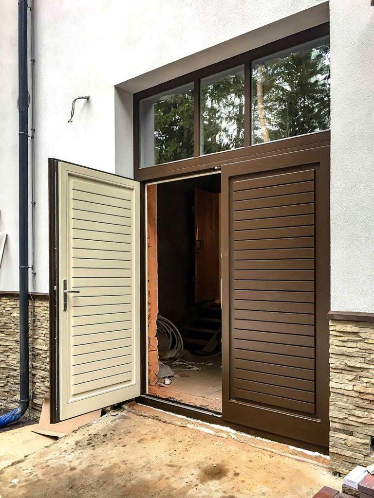 Входные двери из лиственницы необычного дизайна