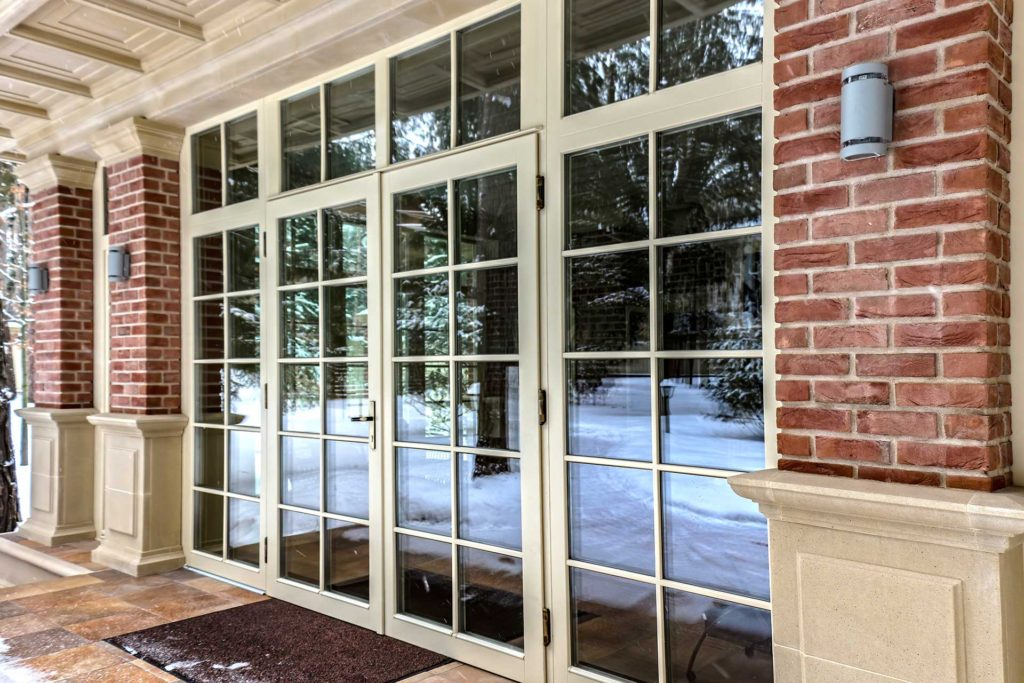 Установлены окна из лиственницы