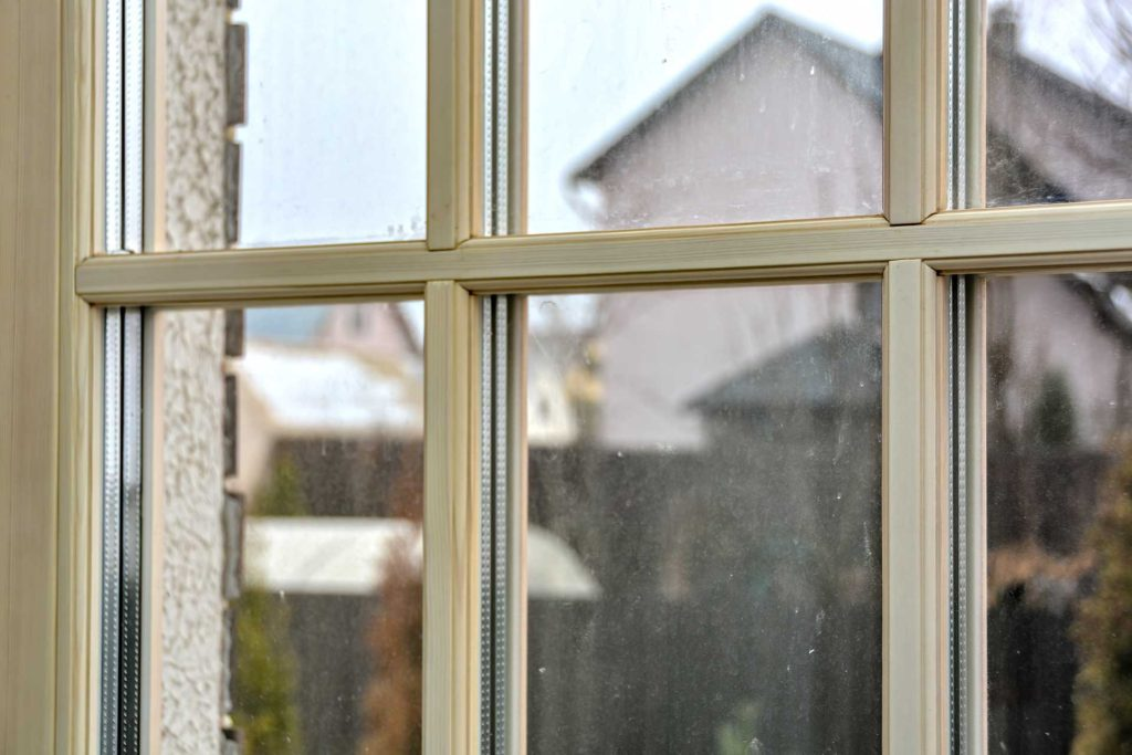 Установлены окна из сосны в историческом исполнении