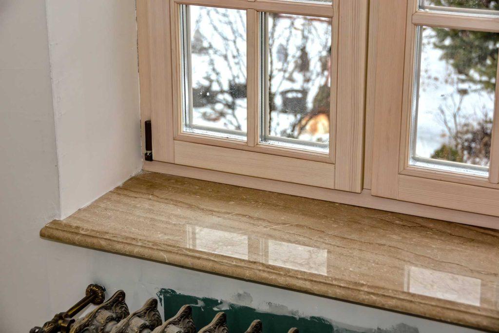 Остекление дома окнами из сосны