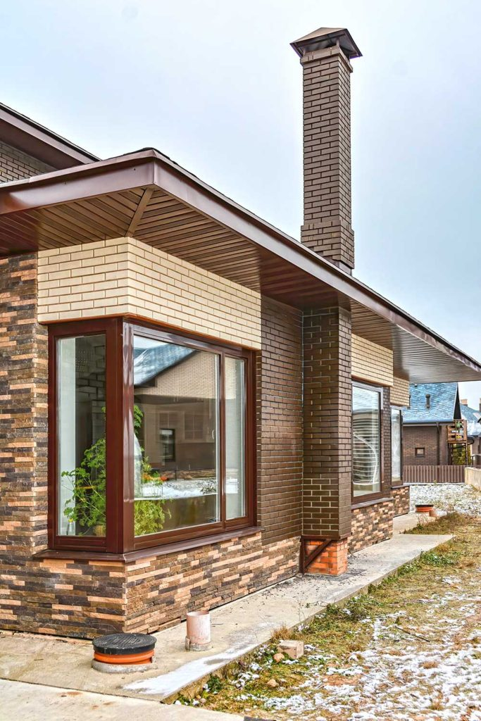 Остекление дома эркерными окнами из сосны