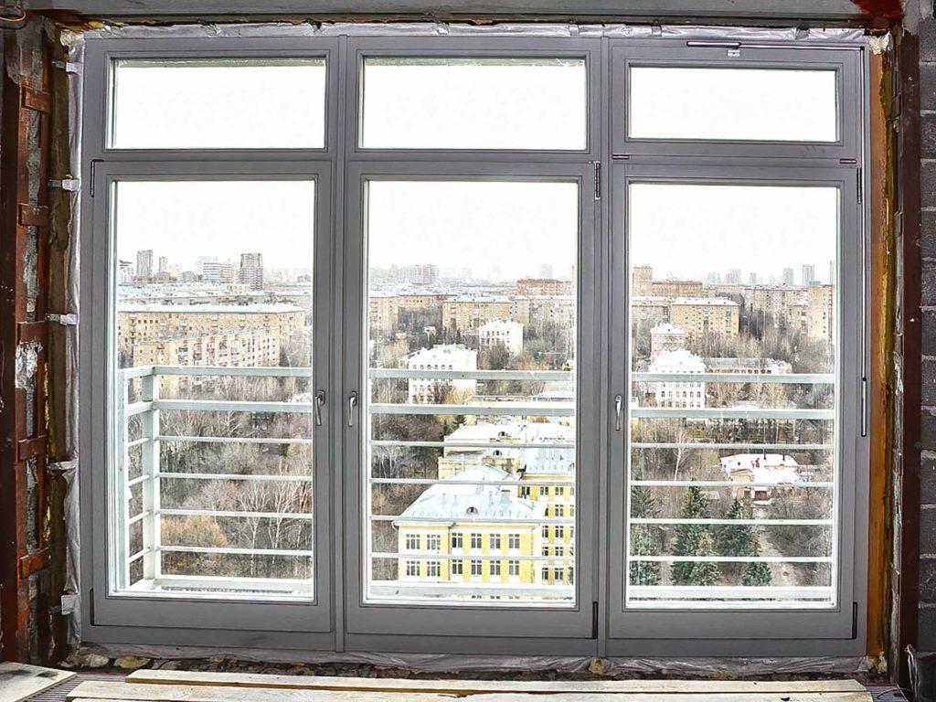Остекление квартиры окнами из лиственницы с алюминиевым окладом
