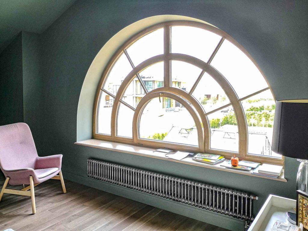 арочное окно из дуба