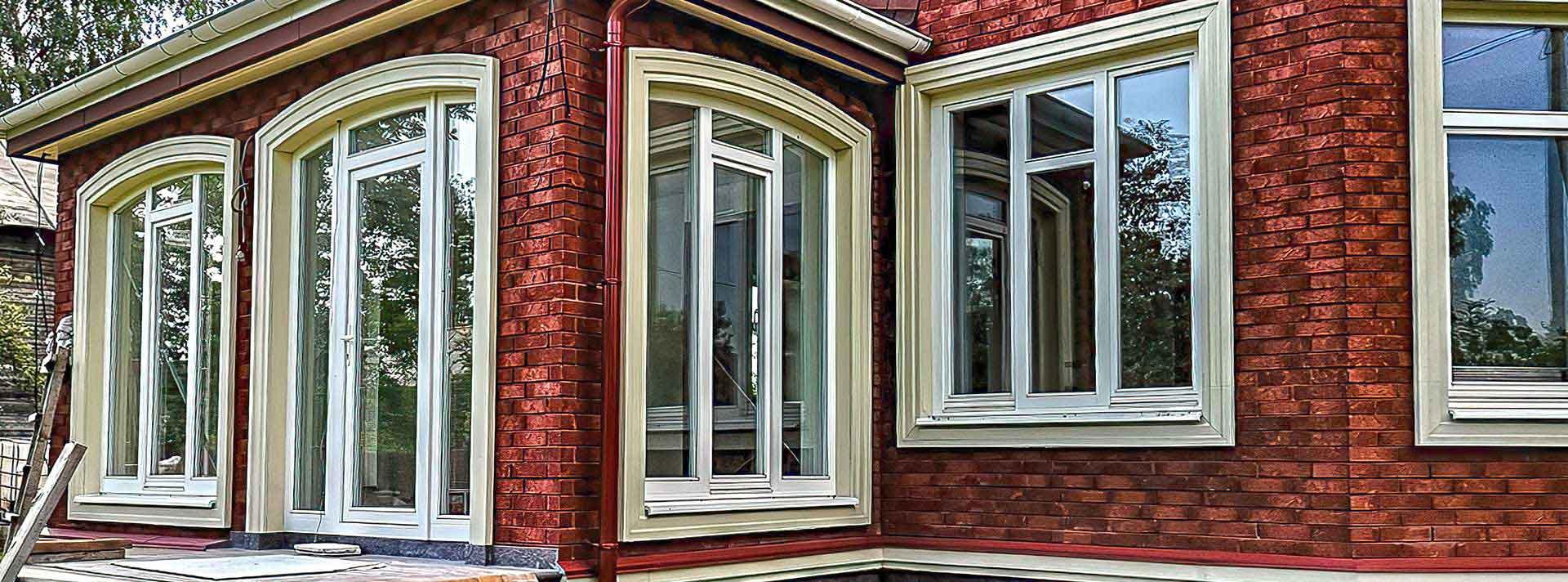 Лиственница, арочные окна с историческим профилированным штапиком