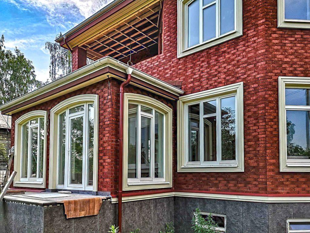 окна в дом из красного кирпича