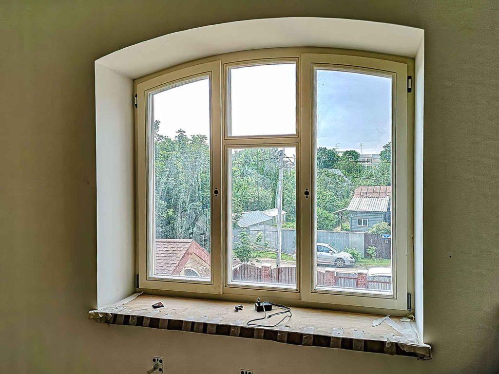 арочные окна из лиственницы
