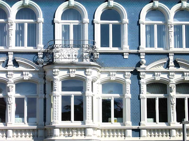 окна с капителями
