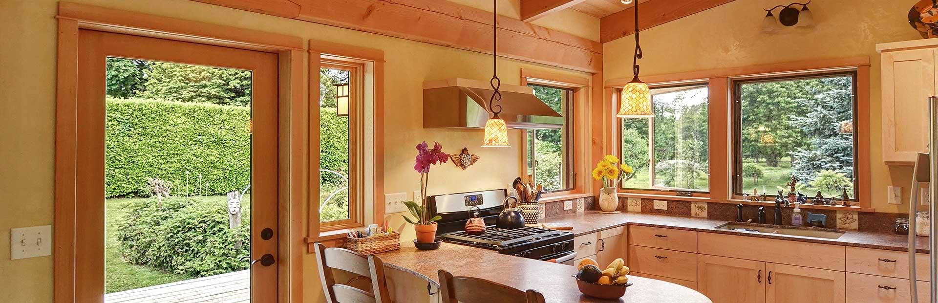 окна из дерева в кухню