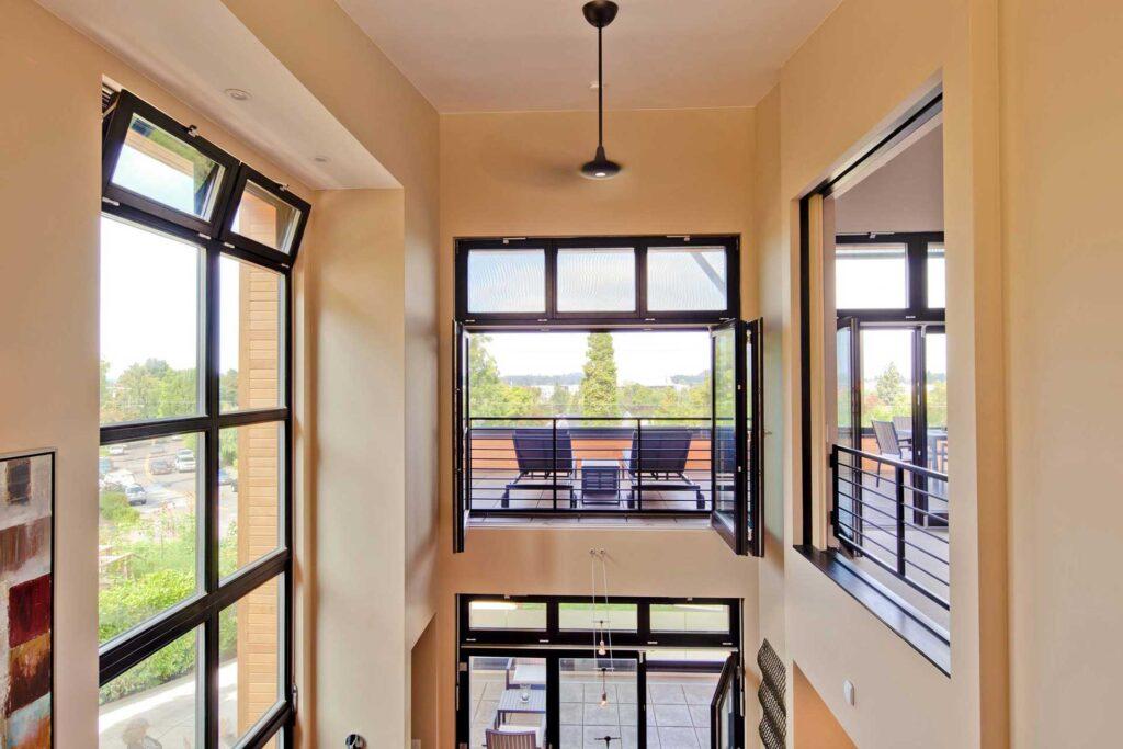 открывные окна в коридоре