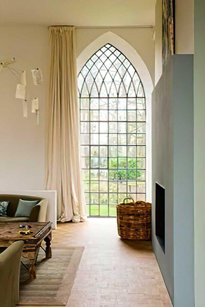 современное готическое окно большое