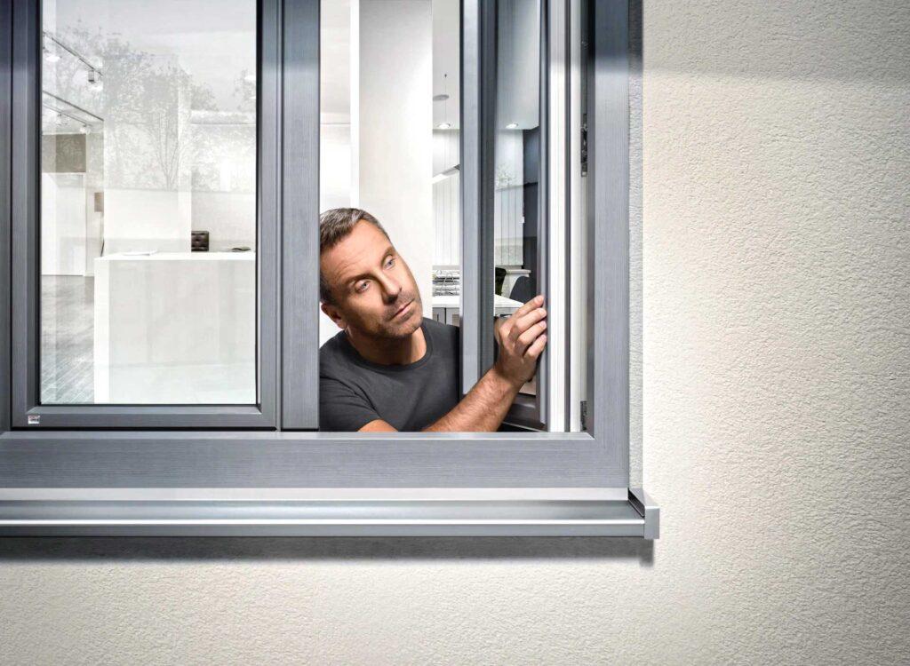 устанока деревянного алюминиевого окна